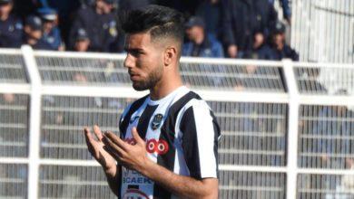 صورة معاقبة قندوسي لاعب وفاق سطيف بلقائين بعد تلقيه البطاقة الحمراء امام سريع غليزان